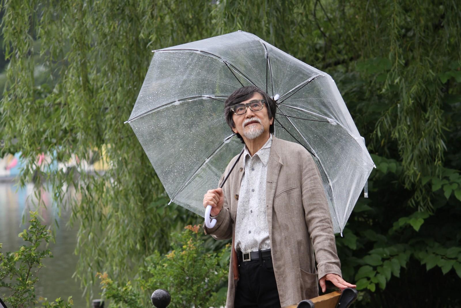 雨の散歩もいいもんじゃ,シニア,写真,画像,素材,老人,高齢者,フリー