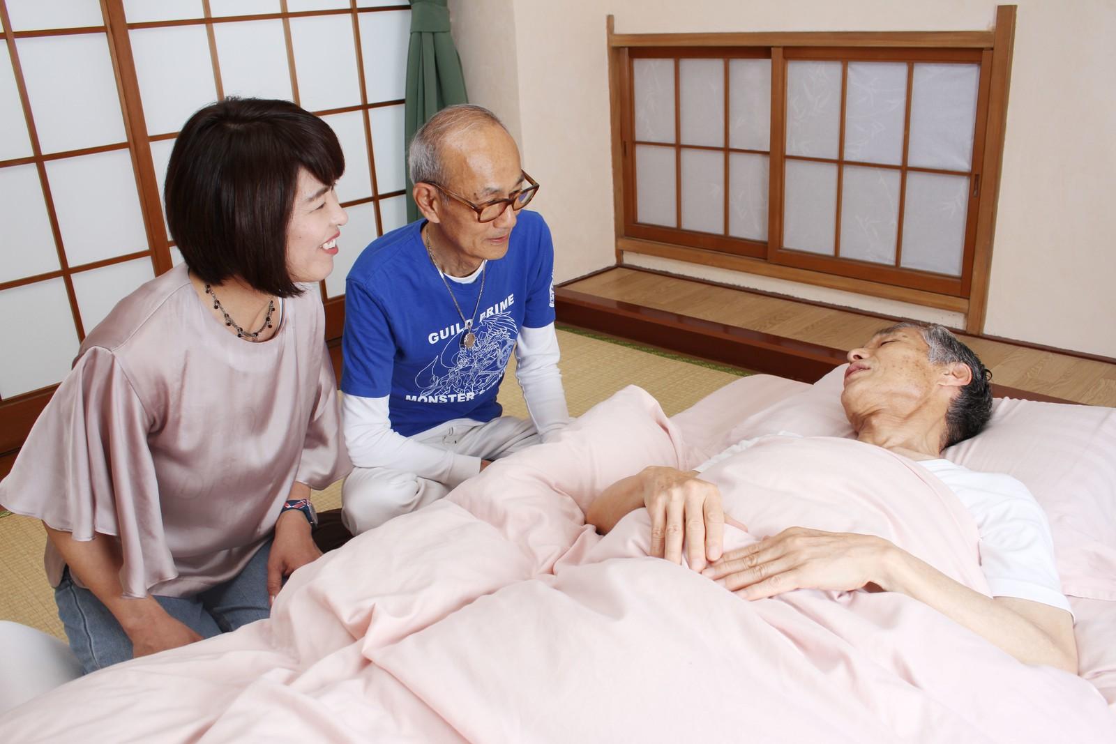 まだまだ眠いおじいちゃん,シニア,写真,画像,素材,老人,高齢者,フリー