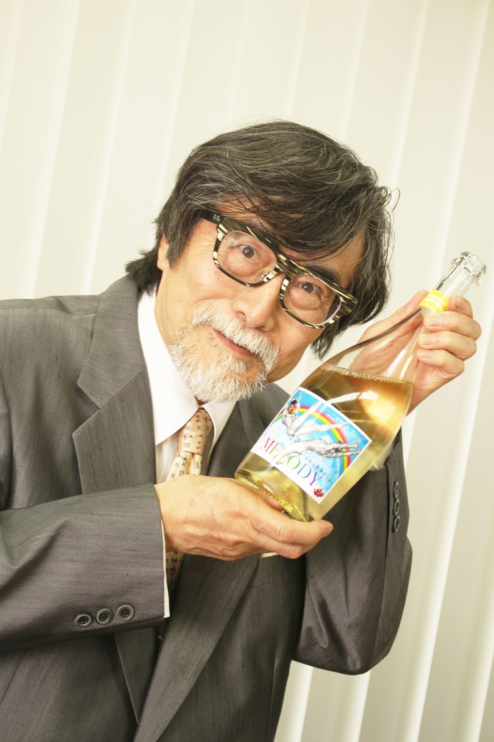 ボトルを持つおじいさん,シニア,写真,画像,素材,老人,高齢者,フリー