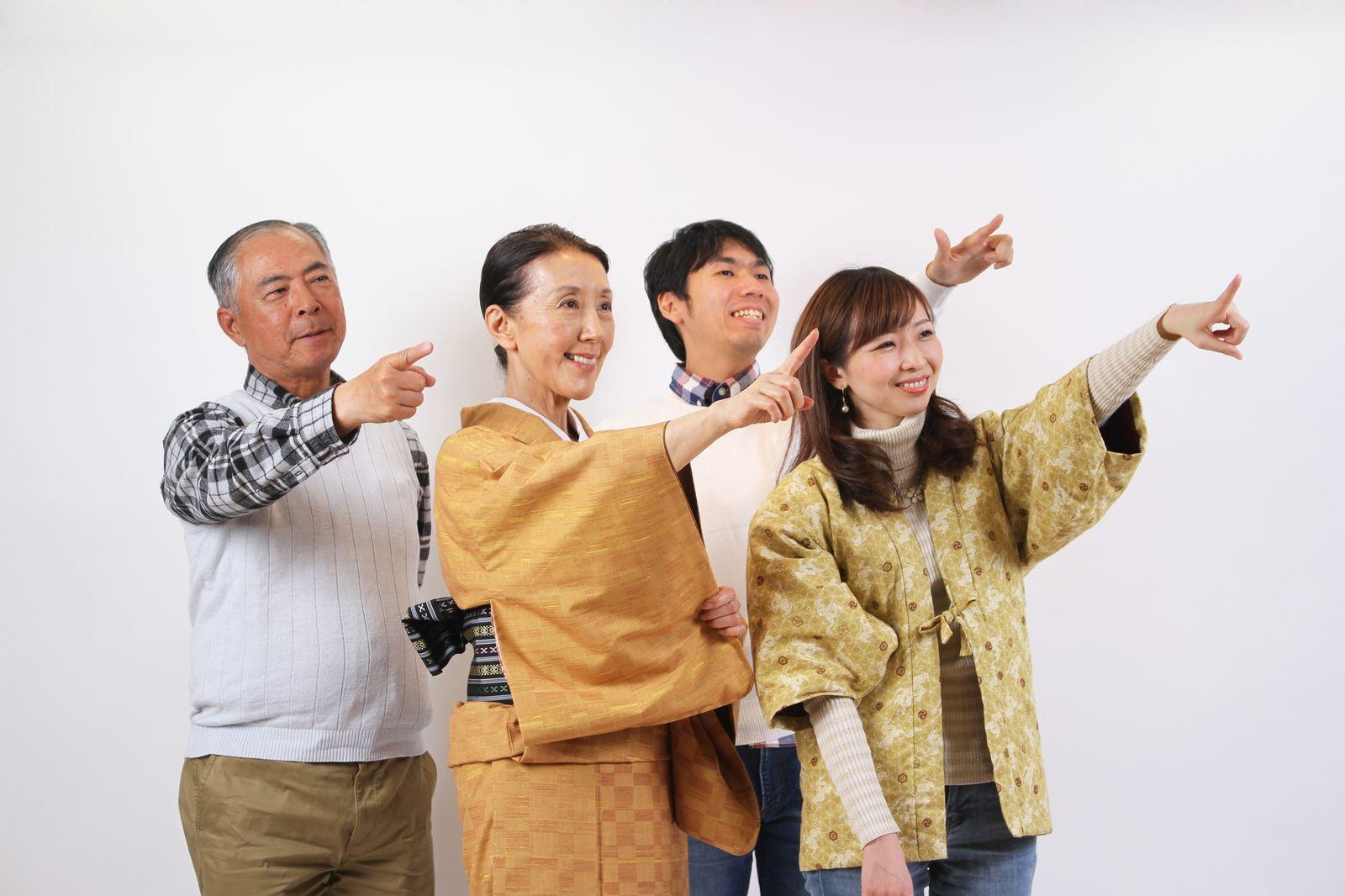 [01]道を聞かれた時の指差し練習をする家族。,シニア,写真,画像,素材,老人,高齢者,フリー