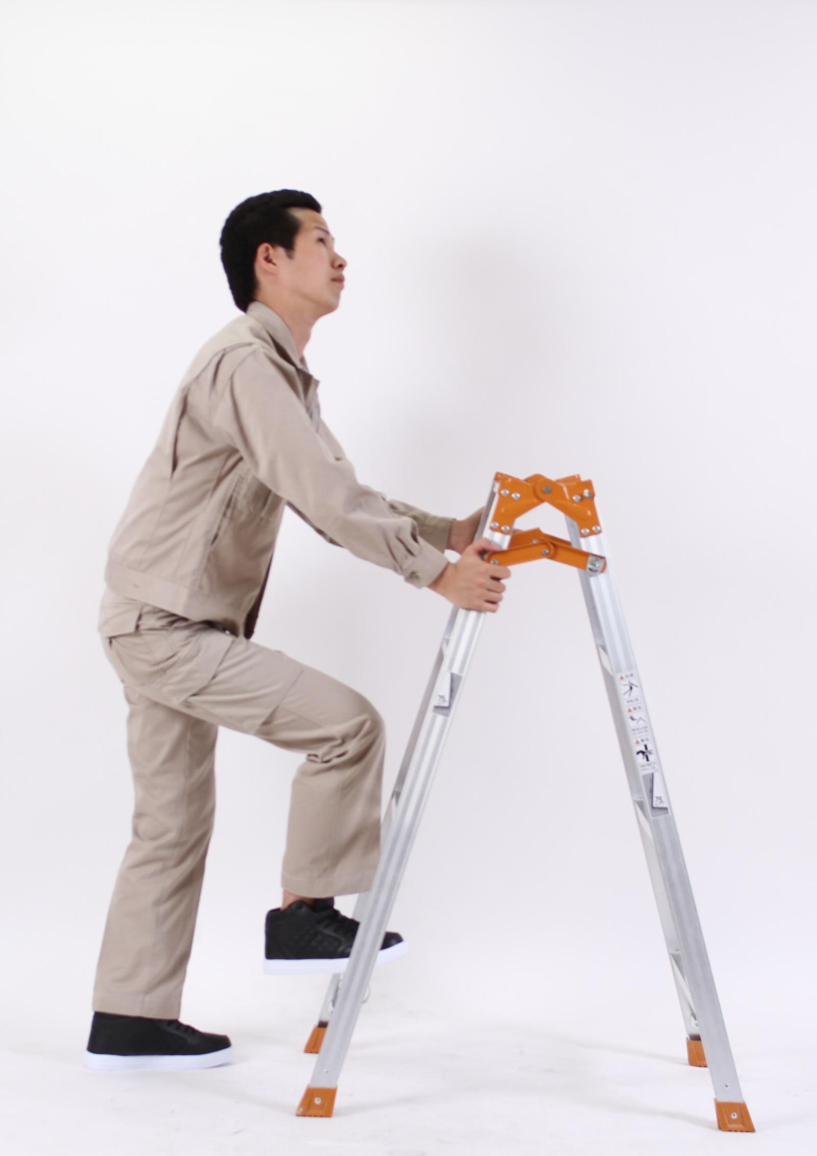 考え事をしながら脚立に登るのはやめましょう。,シニア,写真,画像,素材,老人,高齢者,フリー