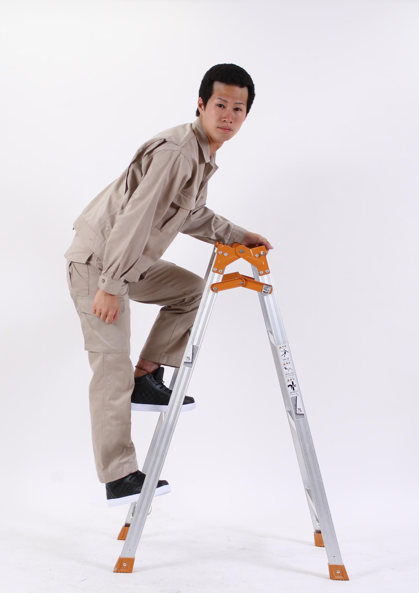 アキレス腱を伸ばしながら登ると気持ちいいよ!,シニア,写真,画像,素材,老人,高齢者,フリー