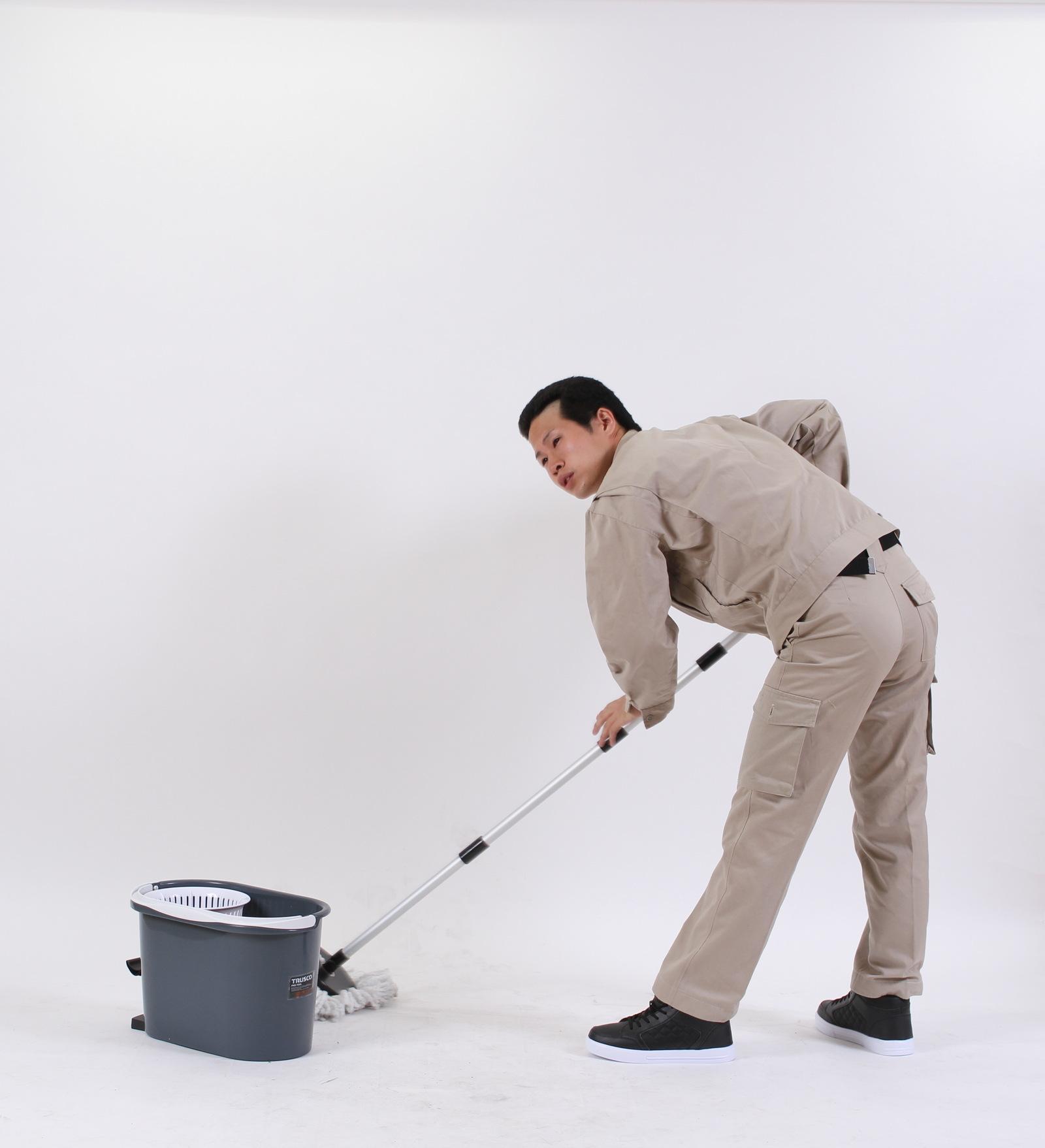 [01]初めてモップで掃除をする兄貴,シニア,写真,画像,素材,老人,高齢者,フリー