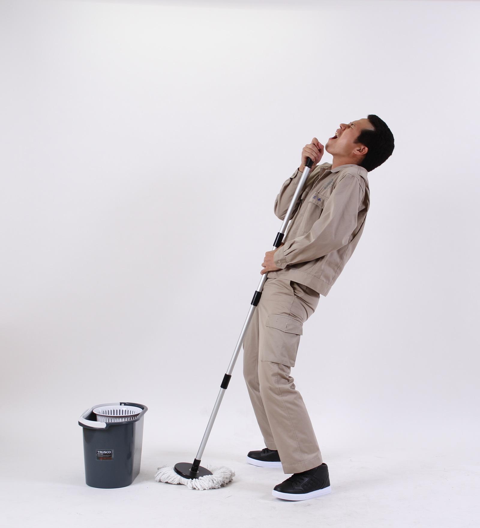 [01]掃除中にやりがちなボケを披露する兄貴,シニア,写真,画像,素材,老人,高齢者,フリー