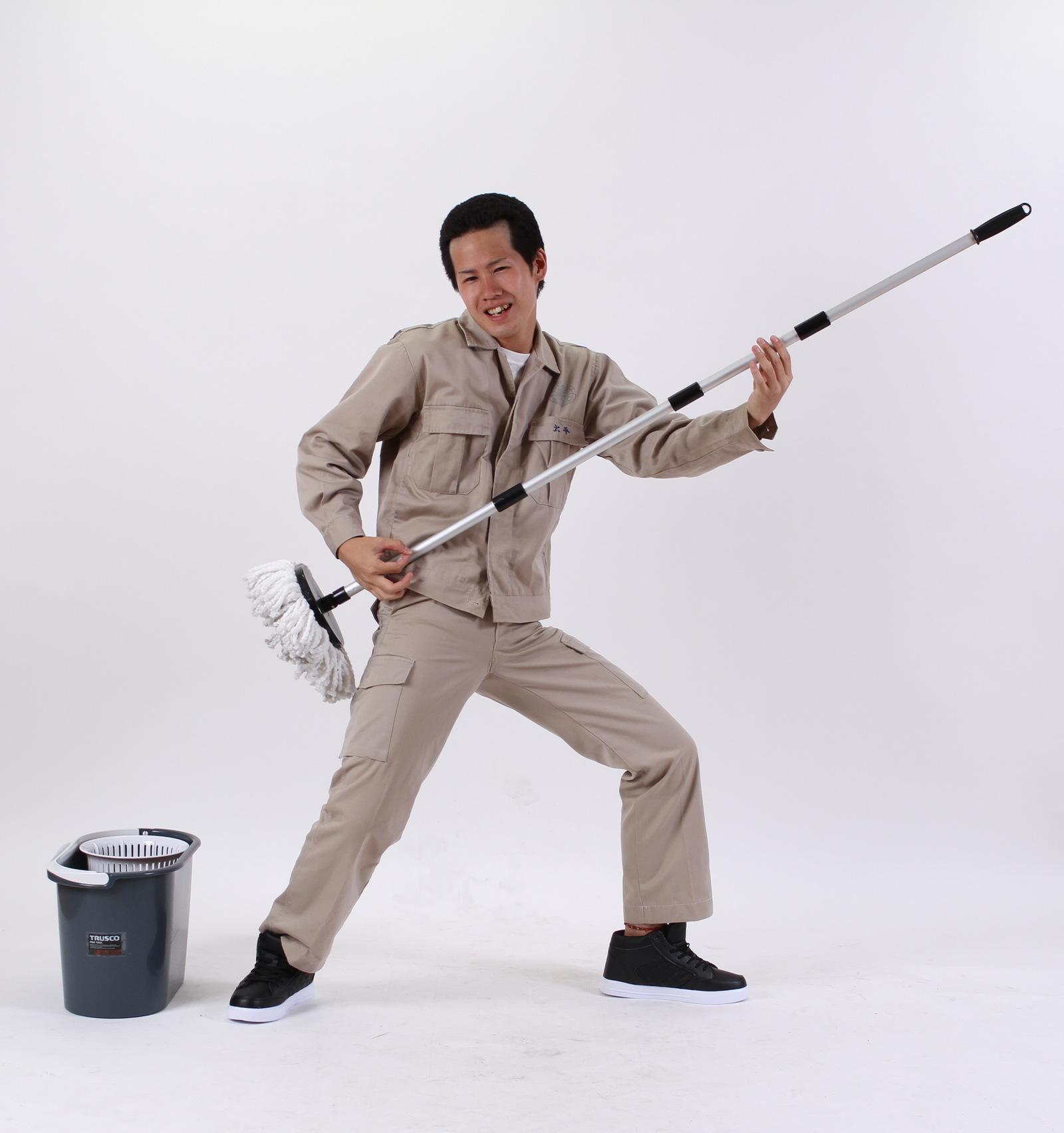 掃除中にふざけても誰も止めてくれない状態に。,シニア,写真,画像,素材,老人,高齢者,フリー